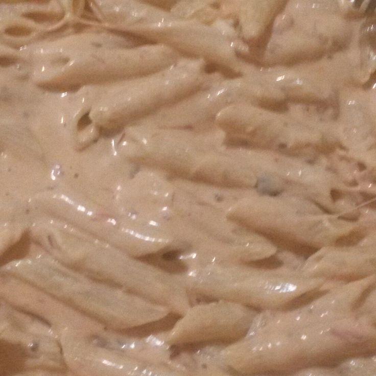 Aprenda a preparar a receita de Penne ao molho de requeijão e bacon