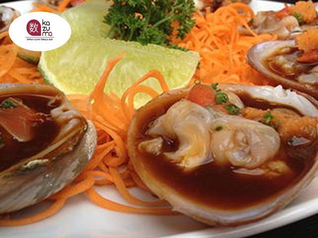LA MEJOR COMIDA JAPONESA EN POLANCO. Entre los ingredientes del sushi, muchos japoneses opinan que las almejas tienen más sabor que cualquiera de los peces. En los bares de sushi de la vieja Tokio, los clientes a menudo prefieren almejas cocidas sobre las rebanadas de pescado crudo. En Restaurante Kazuma, le recomendamos disfrutar de unas exquisitas ALMEJAS A LA MANTEQUILLA. ¡Simplemente irresistibles! Le invitamos a reservar con nosotros al teléfono 5280-1622, estamos ubicados en Julio…