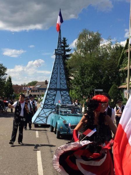 Eifelturm aus Holz .Wurde auf einem Pkw-Anhänger aufgebaut.Wurde beim einem Dorffest als Umzugswagen bei einer Parade gefahren.ca.7,5 Meter hoch / 3 Meter breitPreis ist verhandelbar.