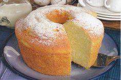 Bolo Levíssimo da Vovó. Uma daquelas receitas uardadas a 7 chaves, incrivelmente delicioso! - INGREDIENTES:4 ovos (claras e gemas separadas) 2 gemas, 1 xícara chá de açúcar, ½ xícara chá de água quente, 1 xícara chá de farinha de trigo, 1 xícara de chá de maisena, 1 colher de sopa de fermento em pó, margarina e farinha de trigo para untar açúcar de confeiteiro para polvilhar