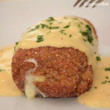 ¡Fácil y rápida! Dale un giro a las pechugas empanizadas y prepara esta receta Cordon Bleu de pollo con salsa de queso, ideal para consentir a la familia.
