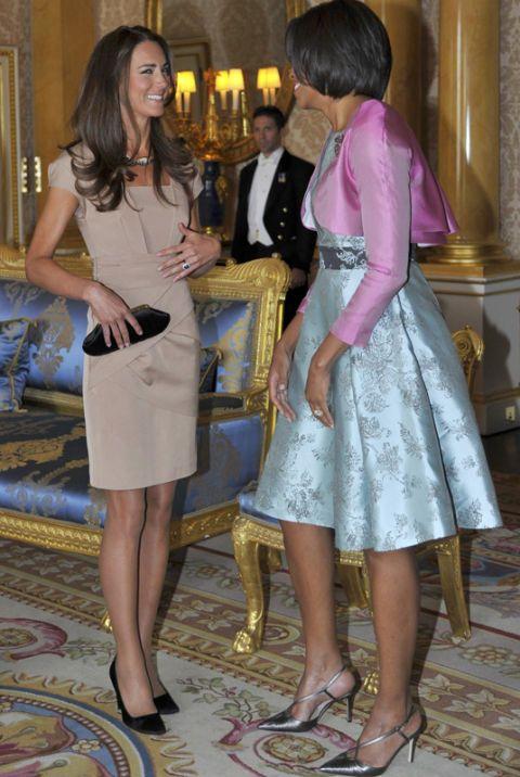 Tras su luna de miel en las Seychelles, el Príncipe William y Kate recibieron al matrimonio Obama en el Palacio de Buckingham.  La duquesa de Cambridge acompañó SU estiloso vestido nude Complementos estafadores y negros XS embrague de Anya Hindmarch.