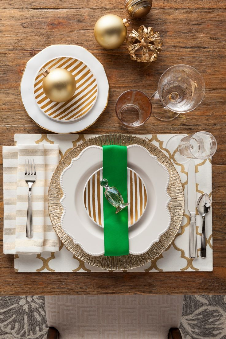 Gold christmas table setting - Here We Matched Gold Quatrefoil Stripes And A Charger For A Glamorous Holiday Table Setting