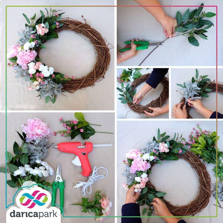Baharın huzur dolu çiçeklerini değerlendirmeye ne dersiniz? Birbirinden güzel çiçekler ve yaprakları bir araya getirerek zarif kapı süsleri tasarlayabilirsiniz.