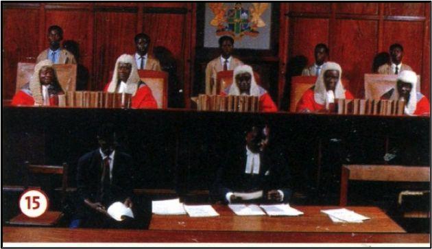 In het Hooggerechtshof van Ghana dragen de rechters ook na de dekolonisatie pruiken en toga's naar Engels voorbeeld, evenals rechters in andere gerechtshoven in het voormalige Engelse wereldrijk.