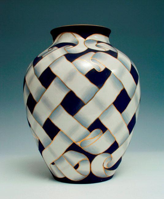 Giovanni Gariboldi, Vaso con decoro di nastri intrecciati, 1935 circa, ceramica, Museo Richard-Ginori della manifattura di Doccia, Sesto Fio...