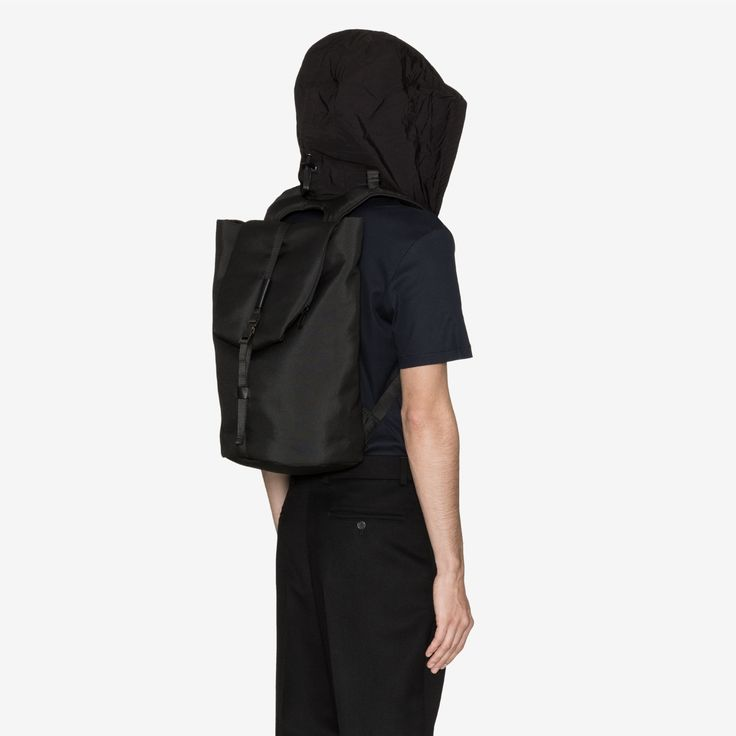 The Tigris rucksack from côte&ciel allows you to go incognito with its detachable hood, whilst keeping your possessions protected. – even a laptop of up to 13'.