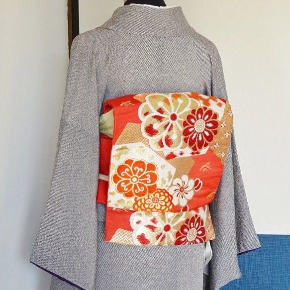 緋色の九寸名古屋帯(リサイクル未使用品、正絹)を造り帯にしました。かわいいスカーレット色地に金銀糸を使った古典的な花柄が織り出された正統派のお太鼓姿です。しつ...|ハンドメイド、手作り、手仕事品の通販・販売・購入ならCreema。