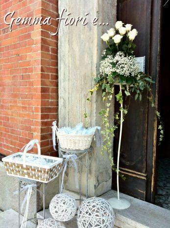 Allestimento per esterno Chiesa con composizioni di rose bianche e gisofila #matrimonio #weddingflowers #rose #bianco