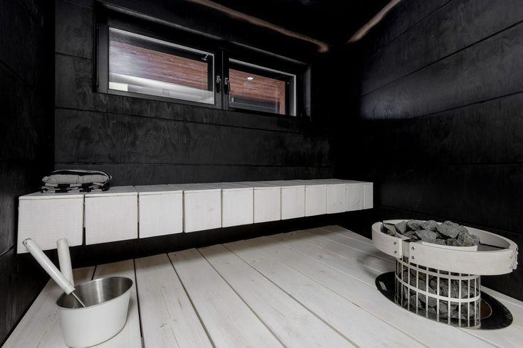 Mustat vaneriseinät saunassa