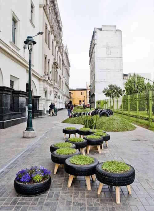 Pneus réutilisé dans les rues d'une ville verte