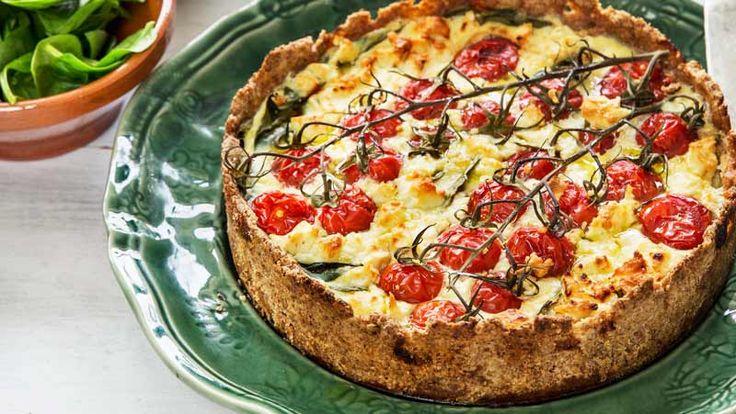 Spenat och fetaost är en härlig kombination med tomat – och här får du det samlat i ett knaprigt pajskal!