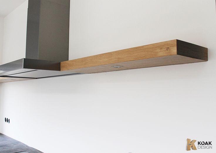 koak plank aan de muur met spotje