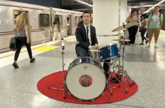 Джозеф Гордон-Левитт сыграл на ударной установке в метро (ВИДЕО)