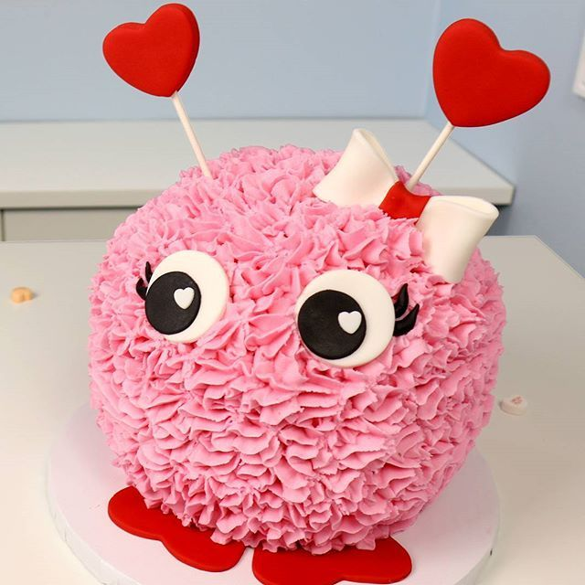 Valentine's Day is on its way... and this LOVE-BUG Cake💝 is just what your #valentine needs! 😘  Link in bio to the full video and recipe! 💞🎂  #valentinesdaycake #valentines #love #lovebug #cake #icing #recipe #heart #diy #tasty #yum #food #foodie #fashion #adorable #loveday #art #foodart #prettyinpink #pink #bow