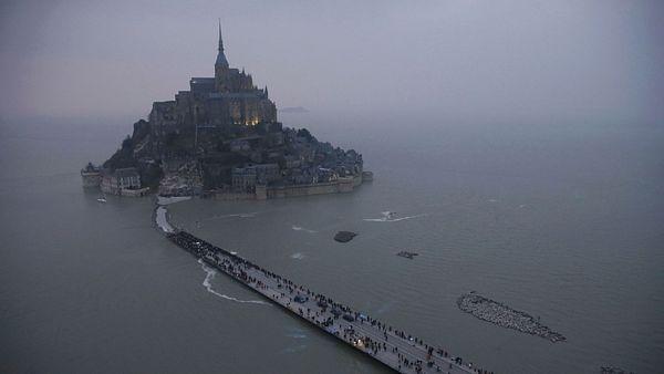 Ostrov Mont Saint-Michel příliv v pátek odřízl od pevniny, nad hladinou zůstala jen přístupová cesta.