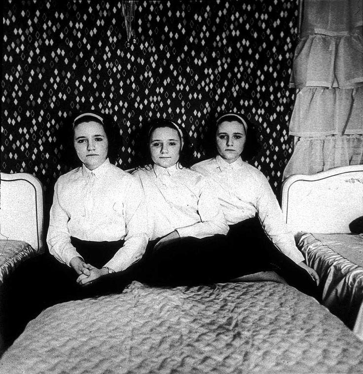 Diane Arbus, Triplets in their bedroom, New Jersey, 1963 ©