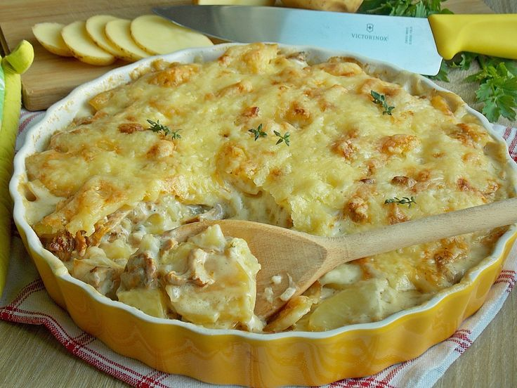Zapiekanka z ziemniaków i grzybów w sosie śmietankowym. Zapieczona z rozpływającym się serem szwajcarskim na wierzchu. Pyszne i sycące danie idealne na letni obiad, kiedy grzyby zaczynają się pojaw…