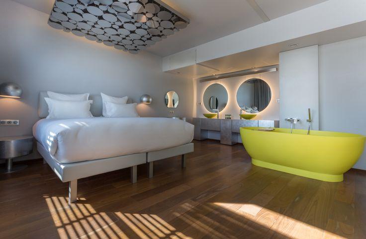 """Off Paris Seine Hôtel - L'esprit : un hôtel qui flotte sur la Seine ! Construite à partir de deux coques de catamaran, cette gigantesque péniche amarrée au pied de la gare d'Austerlitz abrite 54 chambres, 4 suites, un bar et une piscine extérieure. Mieux vaut prévenir, ça peut tanguer un peu. Sensibles au mal de mer s'abstenir. Pour les autres, le """"Off"""" figure définitivement au palmarès des lieux les plus insolites où passer la nuit, et plus si affinités..."""