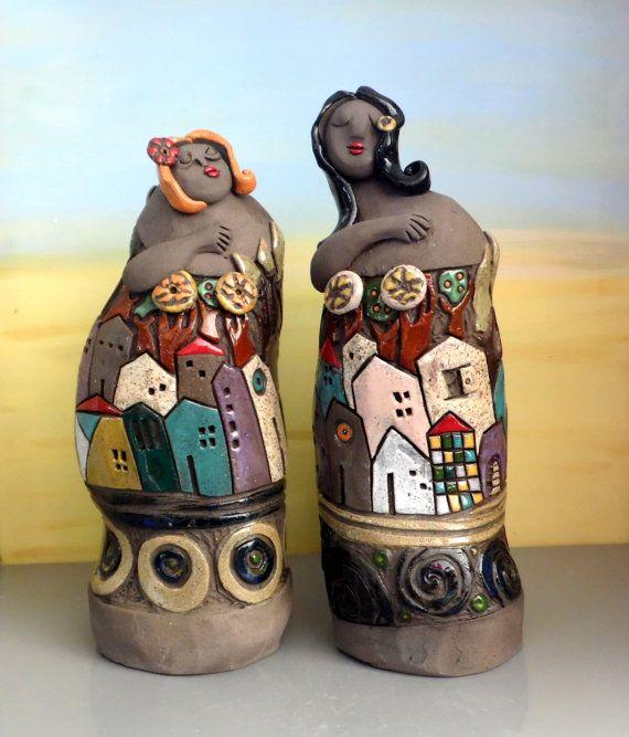 Si tratta di una scultura in ceramica belle donne fatta di 2 parti. Questa voce comprende entrambe le parti. È un insieme di due figure femminili in