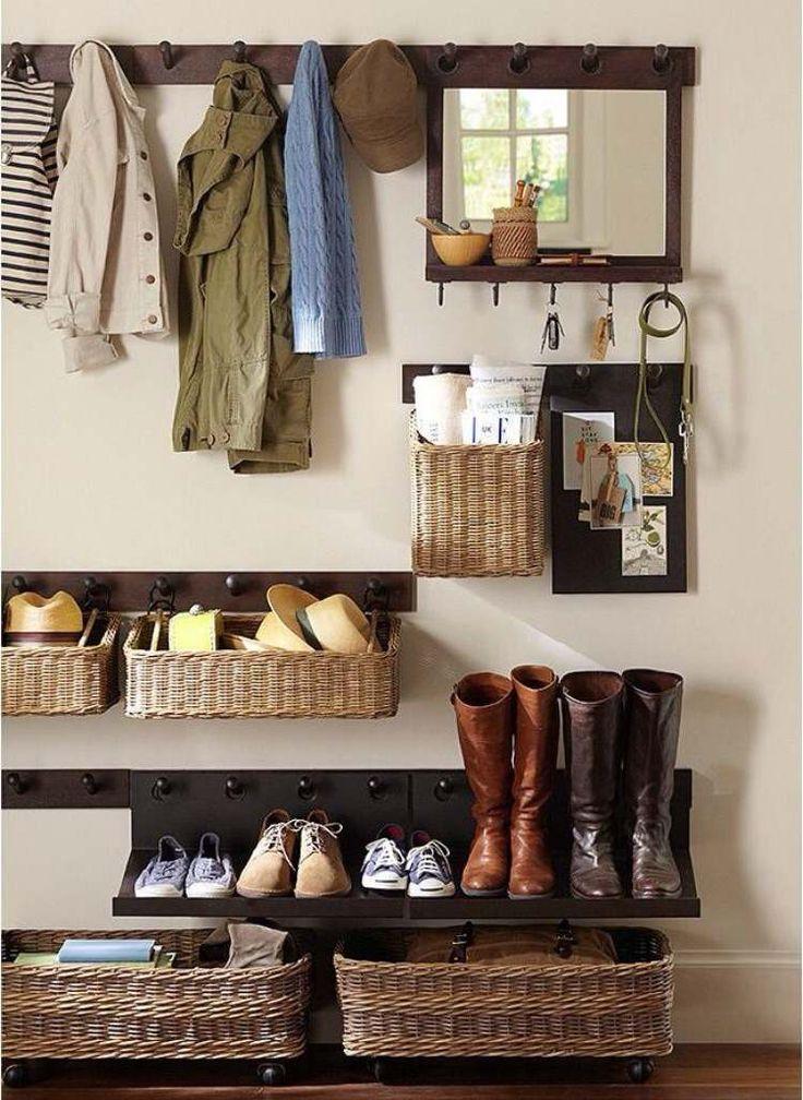 paniers de rangement tressés, patères et étagère à chaussures en bois dans l'entrée