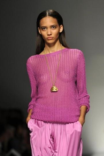 Maglia a maniche lunghe a rete trasparente glicine su pantaloni rosa chiaro della collezione primavera-estate 2013 di Blumarine.