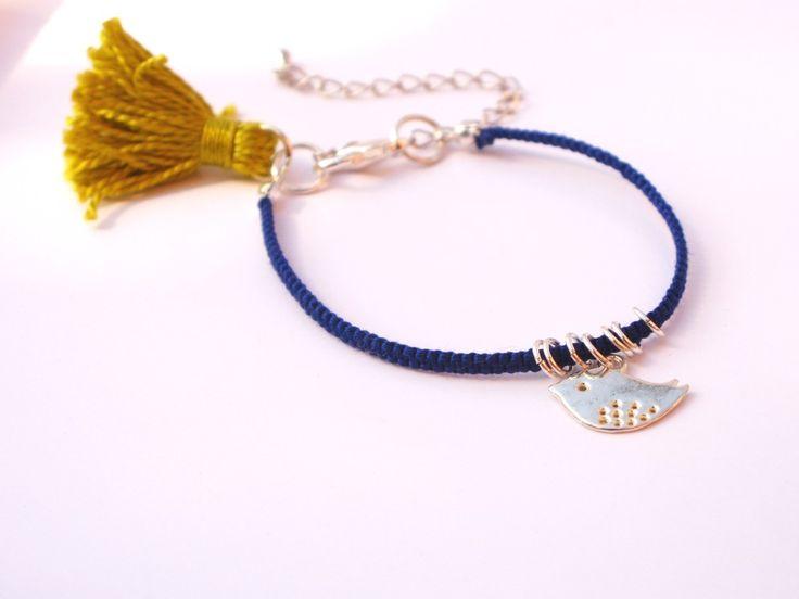 Bracelet tissé en coton avec un pompon vert et un charm oiseau : Bracelet par callenana