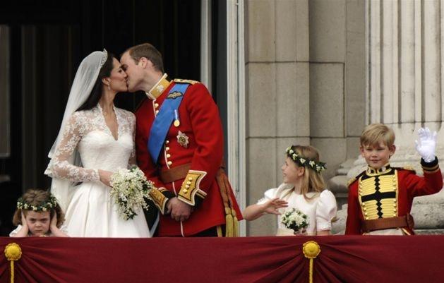 Książę William i Kate Middleton całują się na balkonie pałacu Buckingham, 29 kwietnia. Fot. DYLAN MARTINEZ/reuters/forum