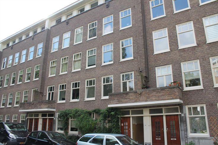 Kijkduinstraat  Ruime 2-kamer woning met tuin in aan de gewilde Kijkduinstraat! Omgeving: De woning is gelegen aan de Kijkduinstraat in stadsdeel Bos en lommer. Het is een rustige groene straat op een enkele minuut loopafstand van de Bos en Lommerweg met winkel- en eetgelegenheden. Het centrum van Amsterdam is op slechts 10 min fiets afstand.  Het Westerpark ligt om de hoek en is vooral in de zomer een heerlijke plek om te vertoeven. Ook uitvalswegen naar de ringweg A10 zijn op zeer koste…