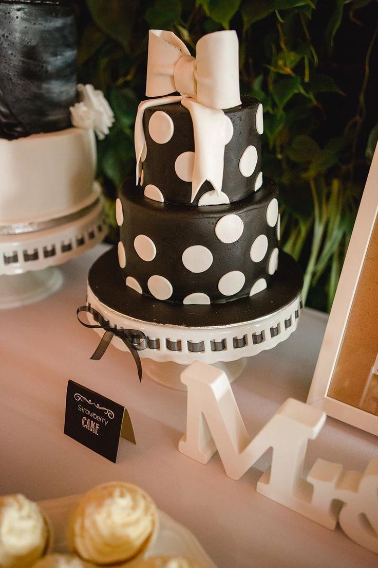 Torte zur Hochzeit in den Farben Schwarz / Weiß. Die Hochzeitstorte war für die Rockabilly und Vintage Hochzeit von Katrin & Stefan. Foto: http://www.frauvau.photography/