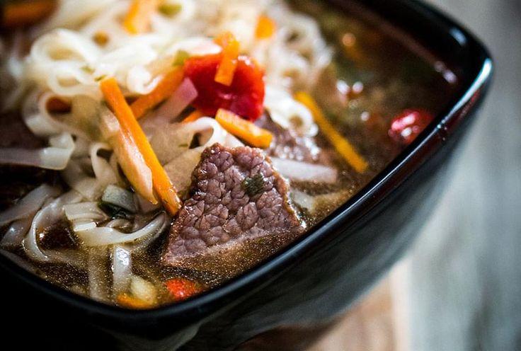 Bouillon de poulet avec légumes, minces tranches de boeuf et vermicelles. Une soupe-repas, inspirée de la fameuse soupe tonkinoise, idéale pour utiliser les restes de fondue chinoise.