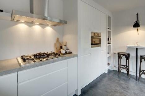 RTL woonmagazine mooie keuken zwevend blad, kastjes netjes afgewerkt.