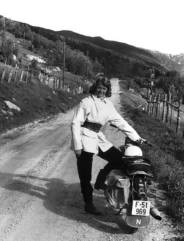 Hausten 1959 kjøpte Aslaug Kyrkjedelen ein ny Tempo Swing 175 kbcm for 3.000 kroner. Prisen var opprinneleg fleire hundre kroner høgare, men Bernh. Berg slo av stadig meir ettersom hausten seig på. Aslaug minnest at veninna Arnhild Svarteberg fekk aka til og frå arbeid. Dette biletet er teke på ein tur til Hovet-Sudndalen. I 1960 var dei to veninnene på langtur med moped. Frå Ål til Eidfjord, vidare til Odda, over Haukeli, forbi Rjukan, om Geilo og heimatt til Ål, fortel Aslaug.