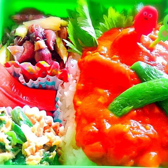 キャンベルのベジタブルベジタブルとホールトマト、カレーうどんのもと、美味しい白だし、ローリエ、水少し、セロリ、スナップえんどう、ホタルイカ、うまいら味噌、シーチキン、葉玉ねぎの葉、醤油、カニかま等 - 71件のもぐもぐ - shikanoさんのベジカレー をまねました~( ̳• ·̫ • ̳ฅ)子どもと仲良くお家ベジカレー弁当 by きゅうちゃん