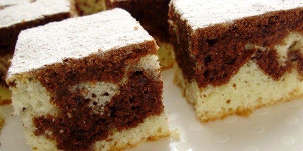 Tento koláč je naprosto jednoduchý, levný a rychlý. K přípravě jsme použili hrnek o velikosti 2 dl. Vše smícháme dohromady a pečeme. Co jednoduššího si můžeme přát. Hotový koláč jen posypeme moučkovým cukrem. Je to velmi chutný koláč. Tak ho také zkuste a sami se přesvědčíte. Co budeme potřebovat: 1 hrnek jogurtu 1 hrnek cukru …
