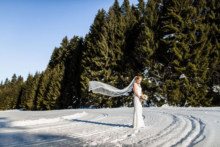 Wedding photography in the snow in the Alps by destination wedding photographer in Europe, Dario Endara Weddjnt Photography