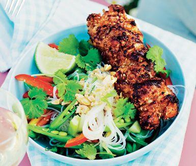 Saftiga kycklingspett med färsk ingefära, röd currypaste, soja och sesamolja. Strö gärna över lite rostade sesamfrön vid servering.