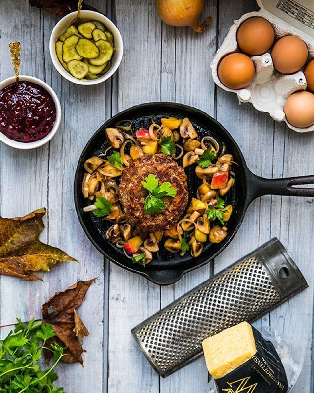 Pannbiff med Västerbottensost, blomkålsstomp och höstfräs.