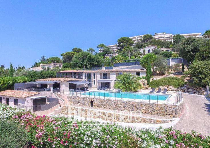Superbe villa moderne à Cannes avec de grandes vues sur la piscine et la mer. Cette propriété comprend 3 appartements indépendants idéal pour les clients ou la location. Il comprend également 5 chambres, un grand salon lumineux, une grande cuisine et salle à manger et un studio. La zone de la piscine propose de grandes terrasses et est orientée plein sud. Assis au sommet des collines de Le Cannet dans un endroit calme avec une vue imprenable sur la baie de Cannes.