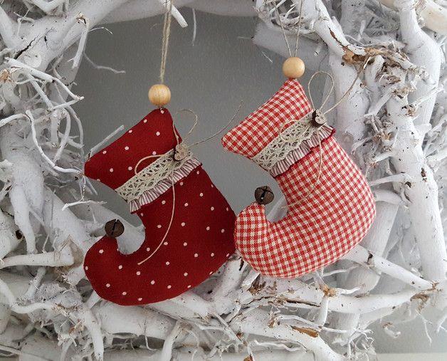 *Set Weihnachts -Stiefelchen* Zwei süsse Stiefelchen aus Leinen, geschmückt mit rostigen Glöckchen, Rüsche, Holzherzchen und Klöppelspitze für den Weihnachtsbaum, Weihnachtsstrauß oder als...