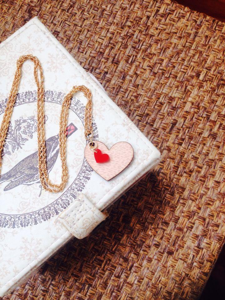 Un lindo collar de corazon en madera ❤️ contactanos
