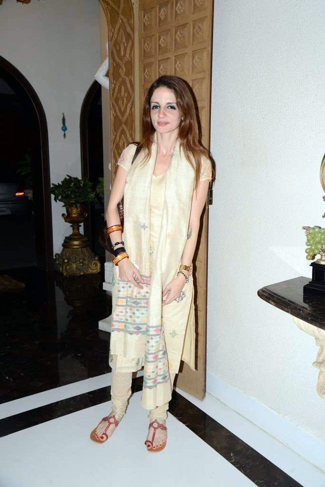 Suzanne Roshan in a biege suit at Sanjay Khan's Iftar bash. #Bollywood #Fashion