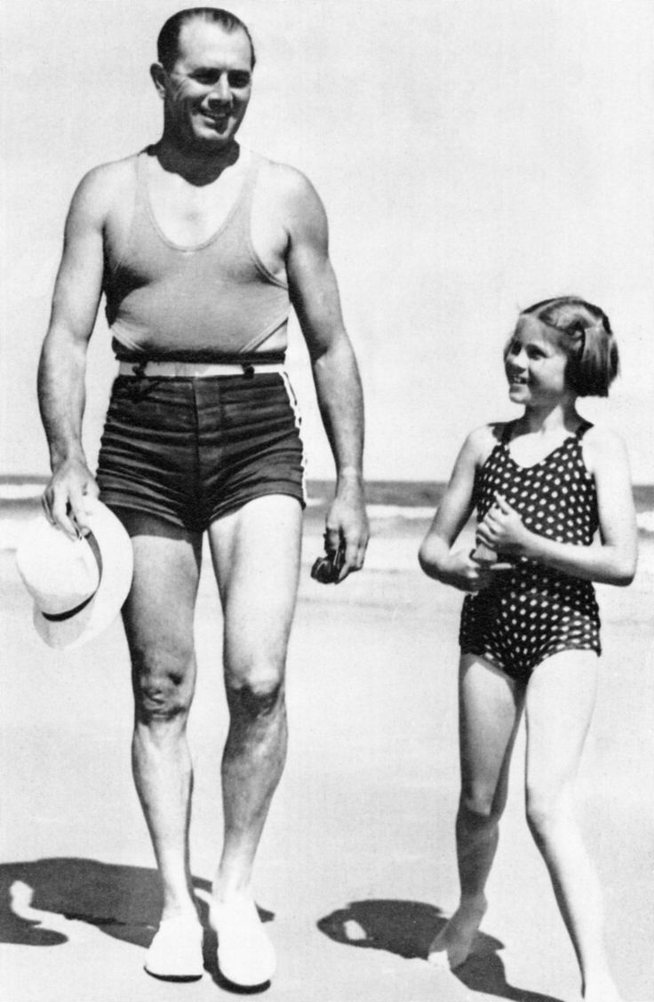 Grace Kelly at 6 yeard old with her father Jack Kelly. Ocean City, 1935.