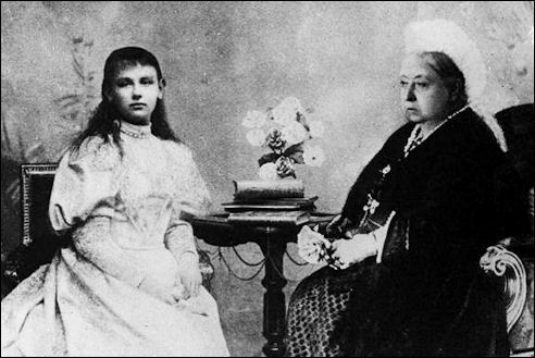 De jongste (Wilhelmina) en de oudste koningin (Victoria) van Europa in 1895