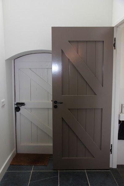 Landelijk wonen, ook hier zie je witte muren, donkere vloer. De kleur op de deur is gelijk aan Dimago New Traditionals Clay. www.biggelaarverfenwand.nl