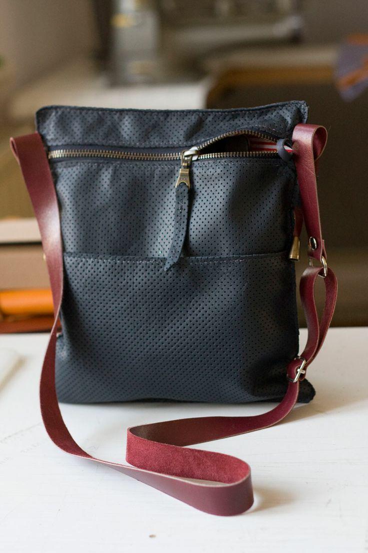 Średniej wielkości torebka. Mieści zeszyt A5. Płaska, skromna,z  bordowym paskiem i kontrastową podszewką.  #flatbag #navy #leatherbag