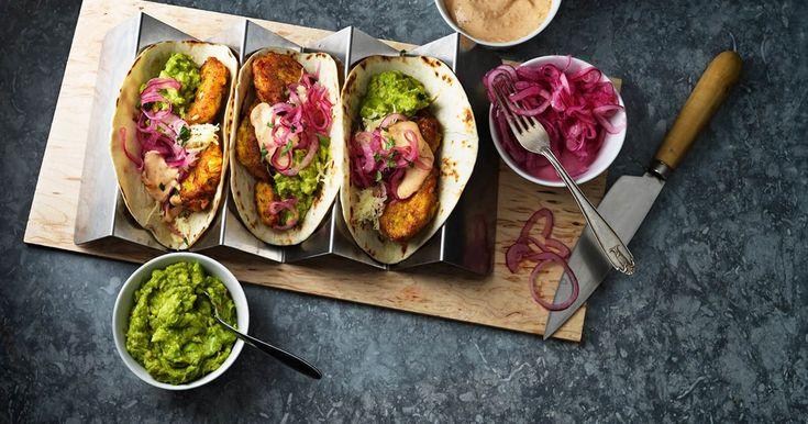 Recept på tacos med frasigt friterad majs - cornfritters - toppad med guacamole och picklad rödlök.