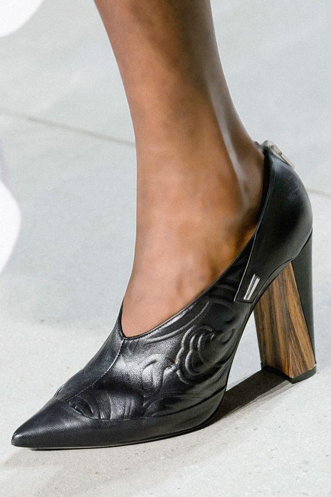 Минималистичные и дикие, пастельные и яркие, на высоких каблуках и плоском ходу…
