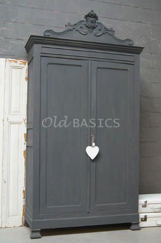 WWW.OLD-BASICS.NL  GRIJS-GREY-GRIS Kast 10012 (M) - Prachtige OUDE brocante kast in een koele donkergrijze kleur. De sierlijk uitgewerkte koof geeft de kast een statige uitstraling. Op de strak vormgegeven deuren zitten sierlijke slot plaatjes. In het meubel zitten drie legplanken en twee lades.