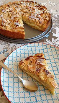 Tarta o pastel de manzanas laminadas con relleno de crema de queso, base crujiente y cobertura de almendras laminadas tostadas